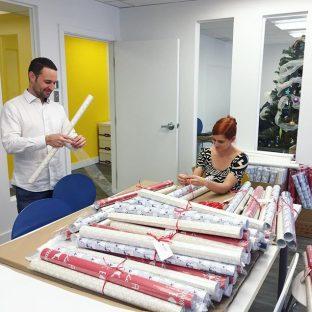 Ça rrrrrroule chez Cake! ? À l'approche des fêtes, le studio s'est transformé en usine à papier d'emballage ?