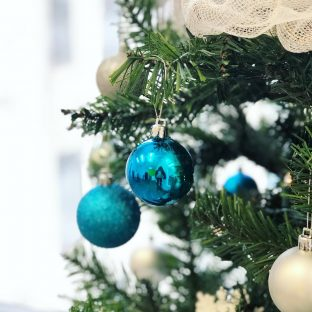Ça commence à sentir Noël à l'agence ? Reconnaissez-vous la photographe dans la boule?#noel2018#sapindenoel#noelaubureau