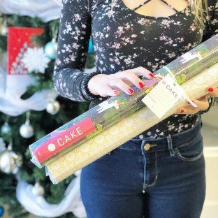 Cake s'est encore emballée cette année pour créer de nouveaux papiers d'emballage emballants pour emballer ses présents#papierdemballage#wrappingpaper#noelaubureau#agencylife#agencemarketing#noel2018#tempsdesfetes