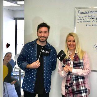Bienvenue à nos deux nouveaux collègues!  Mélanie Morier et Alexandre Bilodeau 🤩  Pour l'occasion, nous avons dégusté de succulents muffins et beignes lors de notre rencontre de production hebdomadaire 🤤 🍩