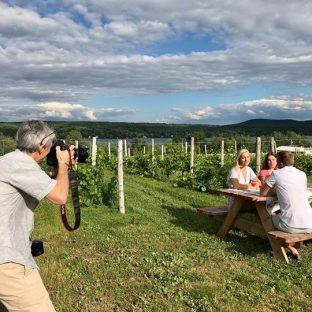 Magnifique après-midi dans les vignes: shooting photo et vidéo au Vignoble le Cep d'Argent en vue des nouvelles campagnes estivales. De belles offres à venir pour le lancement de leur saison touristique. Restez à l'affût! 🍷 Merci à tous nos figurants!